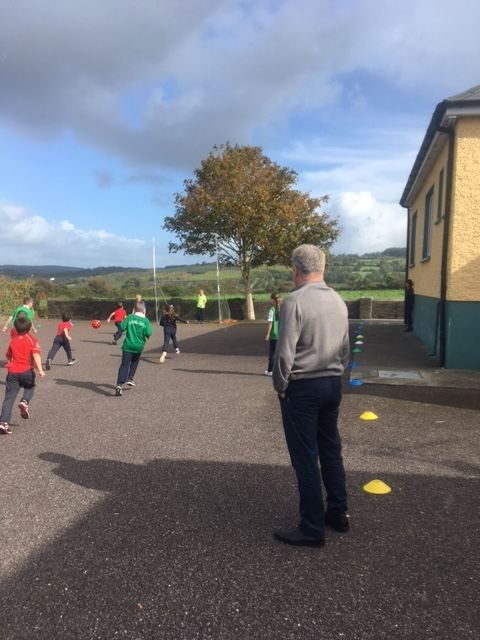 Togher NS children show skills to Ray Houghton